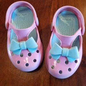 Little kids bow crocs